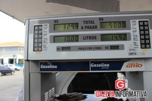 Na bomba do Posto Iguaçu (BR) marcava R$3,299 o preço por litro da gasolina comum. Porém, o consumidor pagava R$ 2,055 por litro