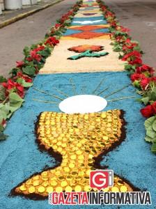 Dezenas de fiéis montaram tapetes de serragem em comemoração a Corpus Christi, data católica destinada à celebração da eucaristia.