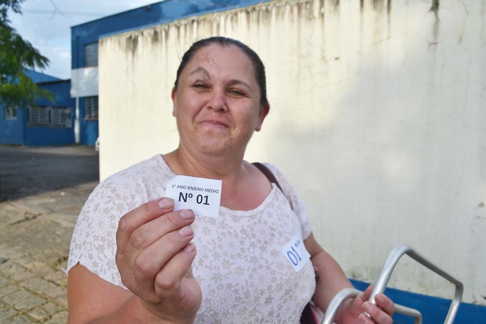 Lídia Marcholcoski Riske, desde domingo na fila, garantiu a vaga para o seu filho