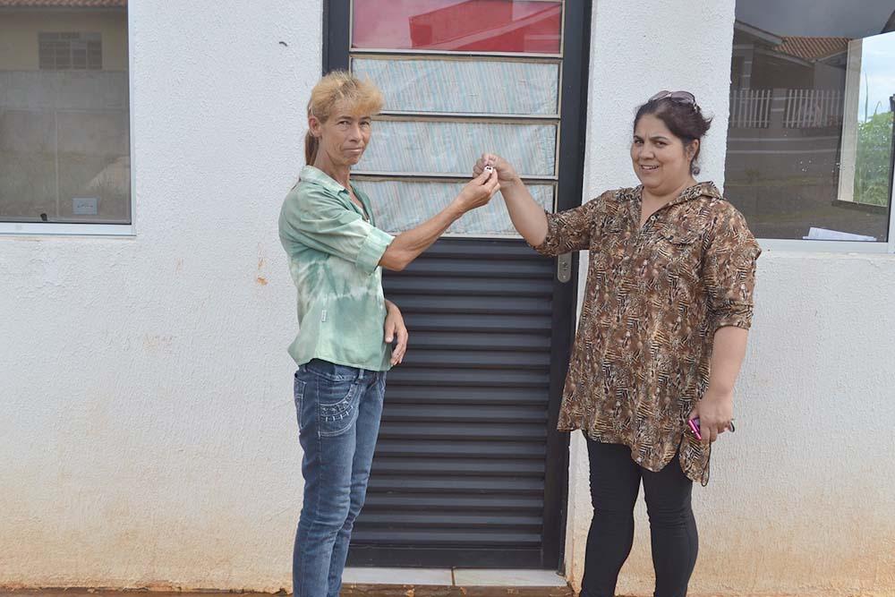 Suplente do beneficiário que infringiu regras do programa, Wilmara recebeu a chave de sua nova casa da diretora do Departamento de Habitação da prefeitura, Elizete Cruz. (Foto: Assessoria PMSMS)