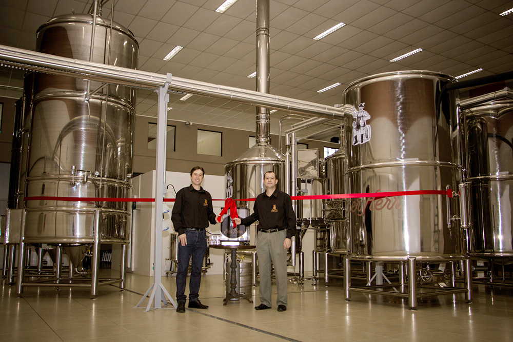 Anexo à fábrica localiza-se o Brew Pub Família Trinco onde os visitantes além de apreciarem os diferentes tipos de cervejas, podem harmonizar as deliciosas bebidas com um vasto e delicioso cardápio gourmet. (Fotos: Larissa Drabeski/Levante e Gideão Portes Borges/Borbulhe)