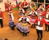Karolinka representa a diversidade do folclore polonês em evento olímpico no Rio de Janeiro