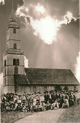 Primeira Igreja de Rio Claro do Sul, na foto as famílias Sobocinski, Przybysz e demais colaboradores. (Foto: Arquivos paroquiais)