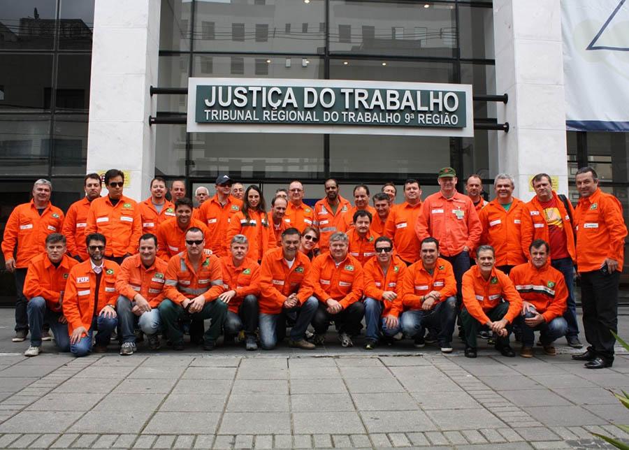 Petrobras concordou com a retomada da jornada de oito horas para o regime de turno com cinco grupos. Nova audiência na sexta-feira (14) pode selar acordo e encerrar a greve que já dura 41 dias. (Foto: Davi Macedo/Sindipetro PR e SC)