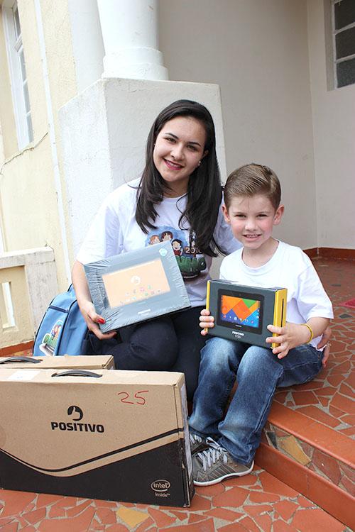 A professora Leridiane de Meira Bueno ganhou um notebook e tablet. Robert Drewniak da Escola Municipal do Campo Sérgio Graciano Meira, do Lageadinho, conquistou o 1º lugar do Paraná na categoria desenho e também ganhou um notebook e tablet.