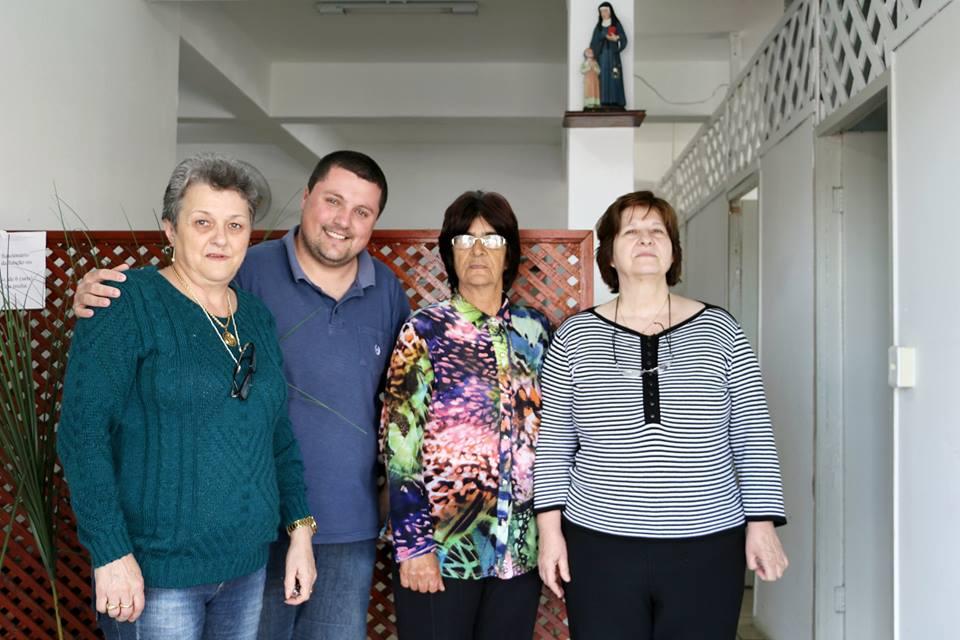 Da esquerda para a direita: Ivone Nadolny, Alexandre Müller, Elizia Brasil e Terezinha Folador (parte dos membros da atual diretoria da Casa de Passagem).