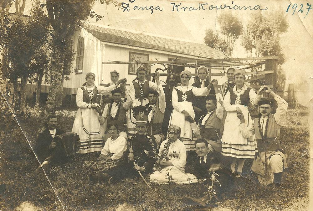O Grupo Teatral Lyra, em 1927, se apresenta com trajes típicos, sob a direção de Bonifácio Witkowski, em São Mateus do Sul. (Foto: Arquivo pessoal: Evaldo Drabeski)