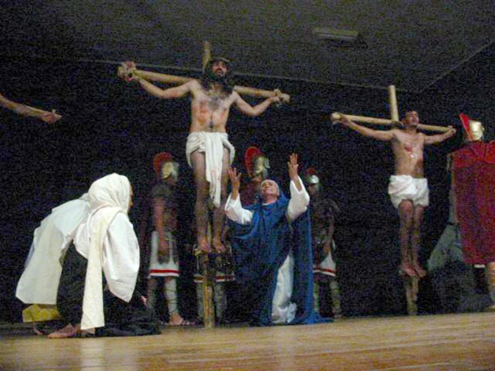 Paixão de Cristo em 2003 e 2014: diferentes momentos do teatro de São Mateus.