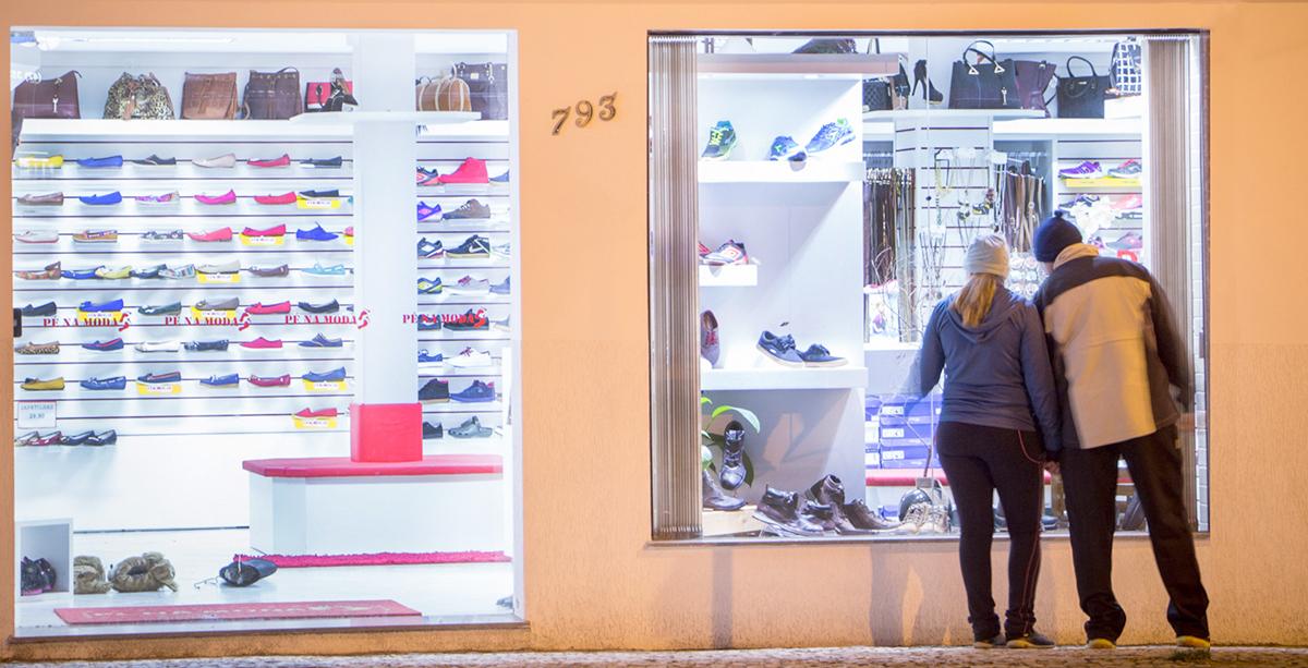 No Dia Internacional do Consumidor, o comércio local aposta na criatividade para conquistar clientes, que cada vez mais optam pelas compras on-line. (Foto: Larissa Drabeski/Gazeta Informativa)