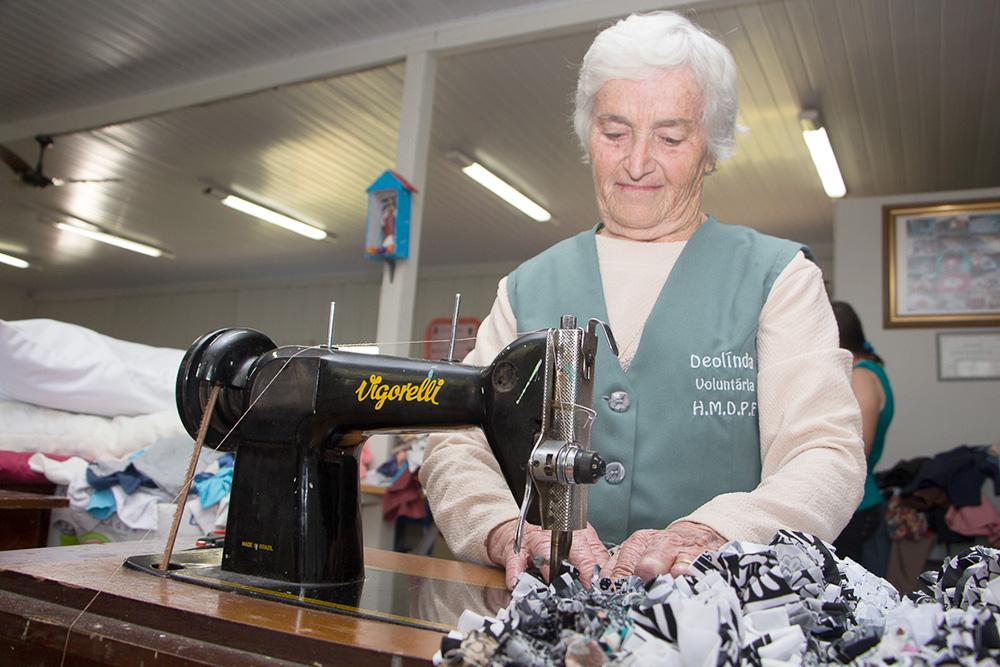 Trabalho começou com a ideia de Deolinda, que, aos 78 anos de idade, acumula duas décadas de dedicação ao hospital. (Fotos: Larissa Drabeski/Gazeta Informativa)