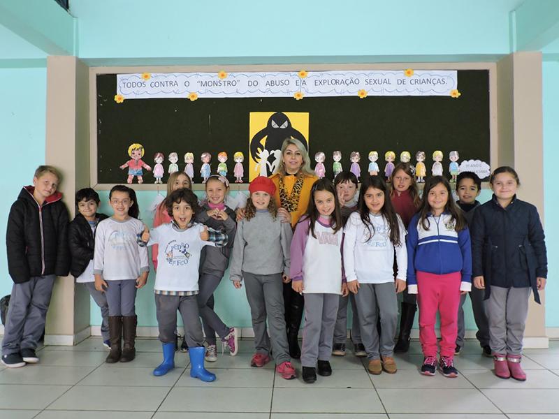 Escola Municipal Pedro Effco - Professora Luciana Nadolny apresentando o trabalho realizado com seu aluno