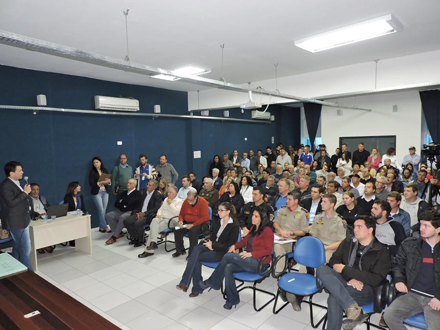 As cidades de São Mateus do Sul e Irati sediaram nesta quarta-feira (3), consultas públicas para tratar da pavimentação da PR 364, que liga os dois municípios. Mais de 100 moradores participaram dos eventos em cada uma das cidades. As consultas foram realizadas visando o início do processo de pavimentação, que ao longo de anos é combustível para promessas eleitorais. No total, serão 47,71 km de pavimentação, passando por três municípios, o que representa uma obra que terá impacto num público aproximado de 120 mil pessoas. A rodovia terá faixas de rolamento com 3,50 m cada, acostamento com 2 m, e também ganhará uma nova ponte sobre o Rio Turvo, com 21,60 m de extensão. Há estudo para se limitar a velocidade a 80 km/h. Também foram projetados os acessos aos municípios de Irati e São Mateus do Sul, e a interseção no ponto ligando à estrada que leva a Rebouças. Em Irati, a confluência com a BR-153 está prevista em forma de viaduto. Em São Mateus do Sul, haverá ciclovia no início do trecho de perímetro urbano. Haverá necessidade de desvio do tráfego para execução da pavimentação e logística de meia pista no andamento da obra. O montante de investimentos é mais de R$ 140 milhões. A previsão é de que a licitação internacional ocorra ainda no primeiro semestre. (Fotos: Alexandre Müller/Gazeta Informativa)