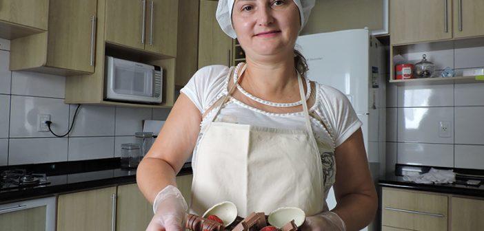 A renda extra do trabalho artesanal na fabricação de chocolates